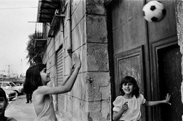 Two kids having fun despite the violence of mafia in Palermo. A photo by Letizia Battaglia.