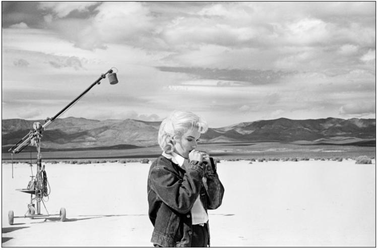 Marilyn Monroe fotografata da Eve Arnold sul set de Gli Spostati, mentre cerca di ricordare il copione.